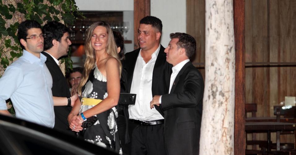 Ronaldo, Luciano Huck e Mariana Weickert jantam juntos em São Paulo, após festa do