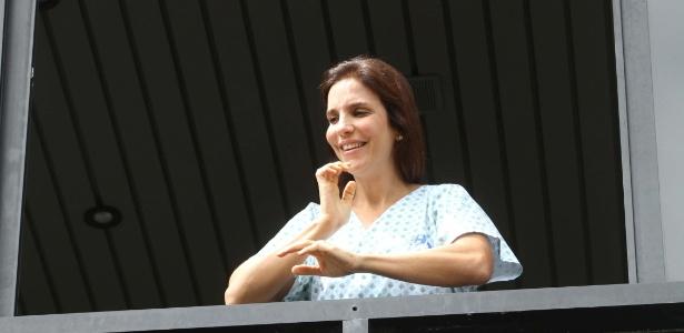 Ivete Sangalo aparece na janela do hospital em que está internada em Salvador (7/12/2011)