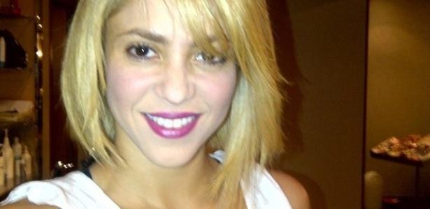 Shakira posta foto do novo corte de cabelo no Twitter (7/12/2011).