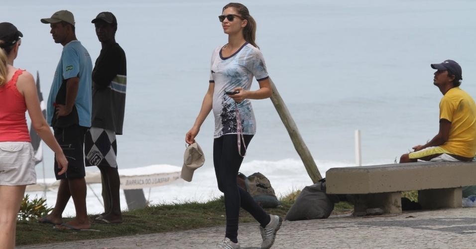 """Grávida de uma menina, Grazi Massafera exibe """"barriguinha"""" durante passeio na orla da Barra da Tijuca (8/12/11)"""