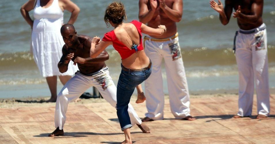 Jennifer Lopez joga capoeira em praia de Montevidéu (8/12/11)