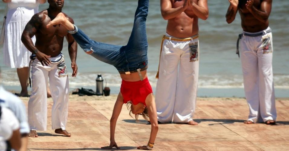 Jennifer Lopez joga capoeira em praia de Montevidéu para seu programa (8/12/2011)