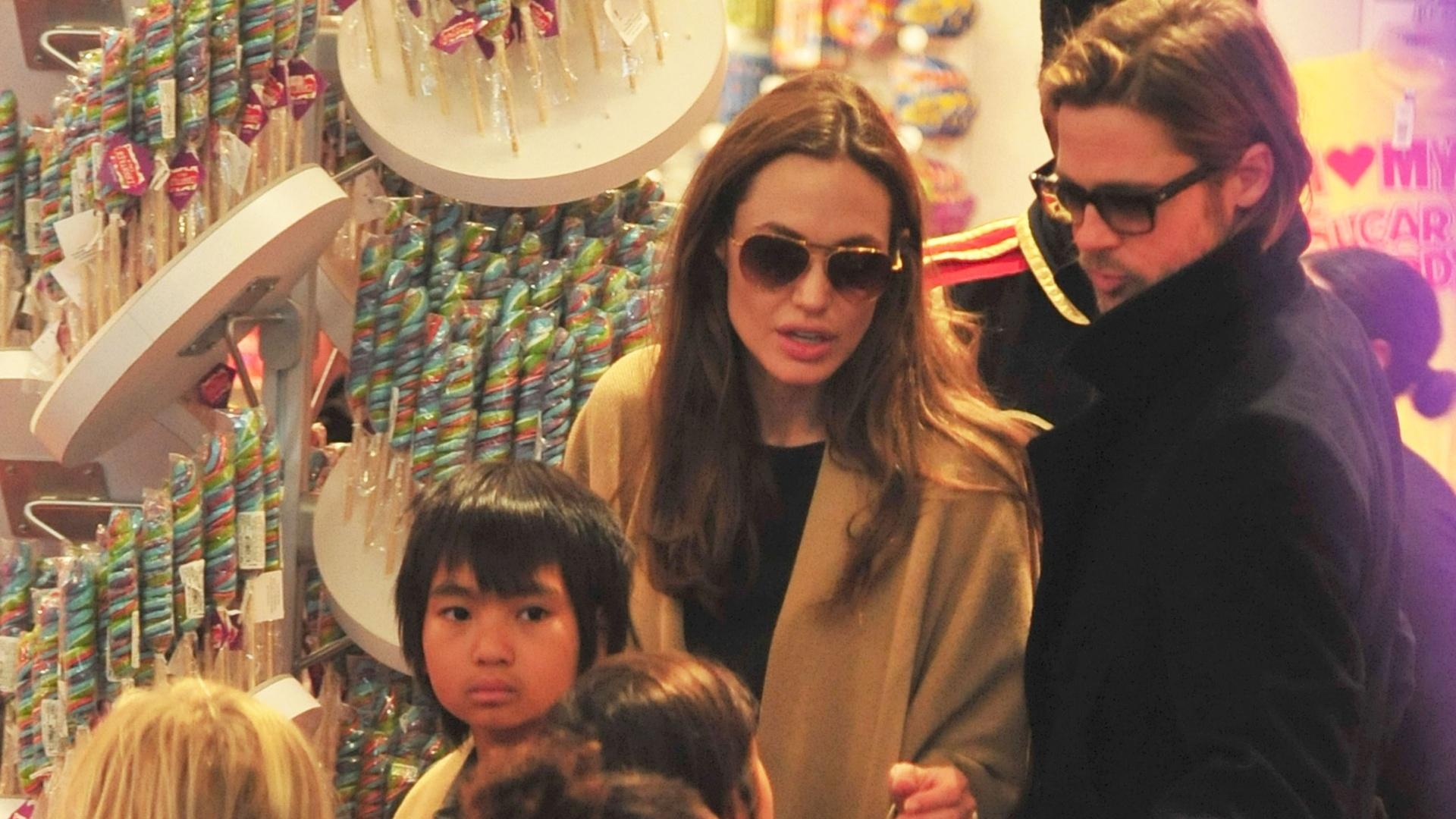 Angelina Jolie, Brad Pitt e os filhos compram brinquedos em Nova York (7/12/11)