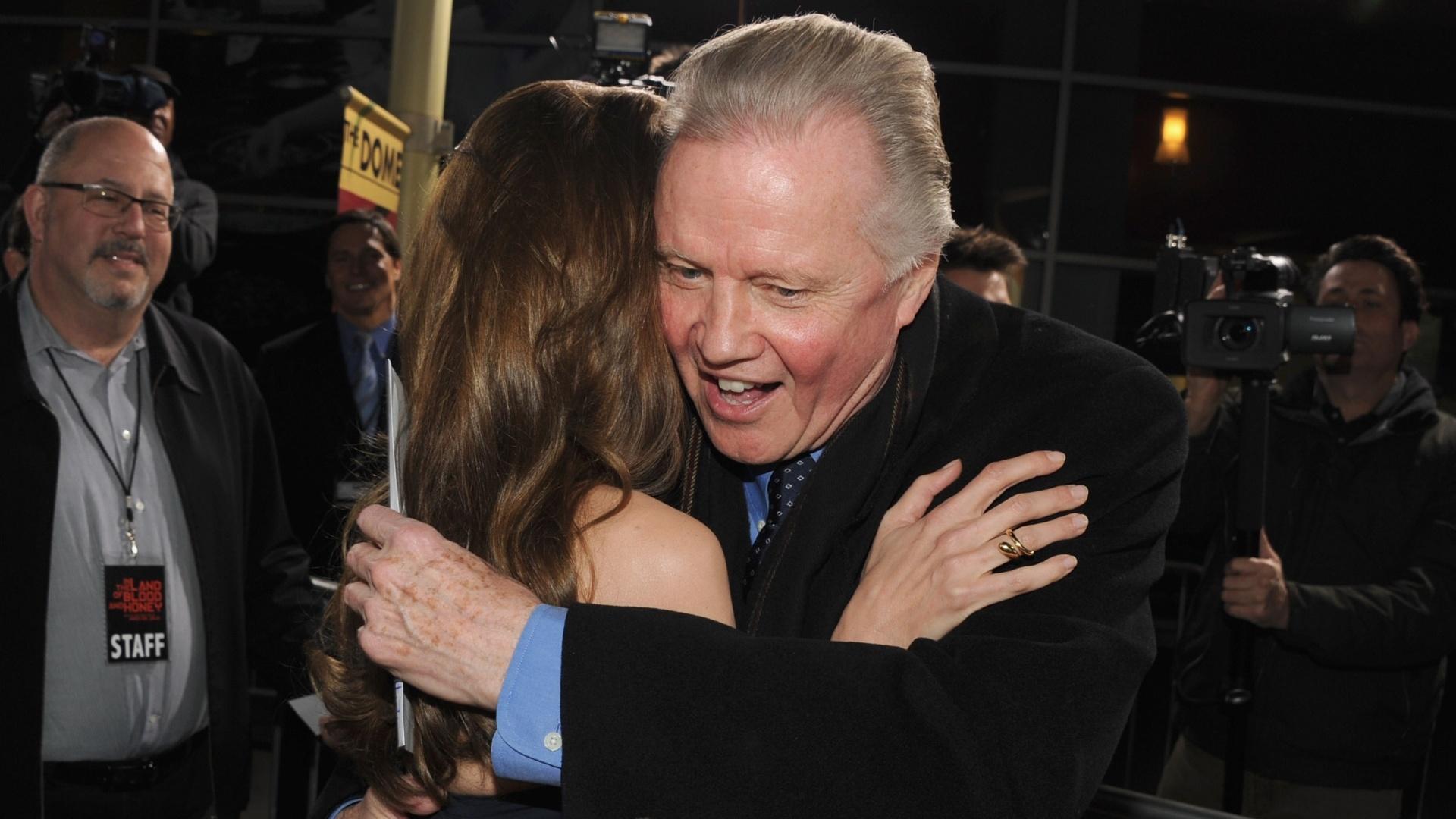 Elegante, Angelina Jolie recebe o carinho do pai na pré-estreia do seu filme