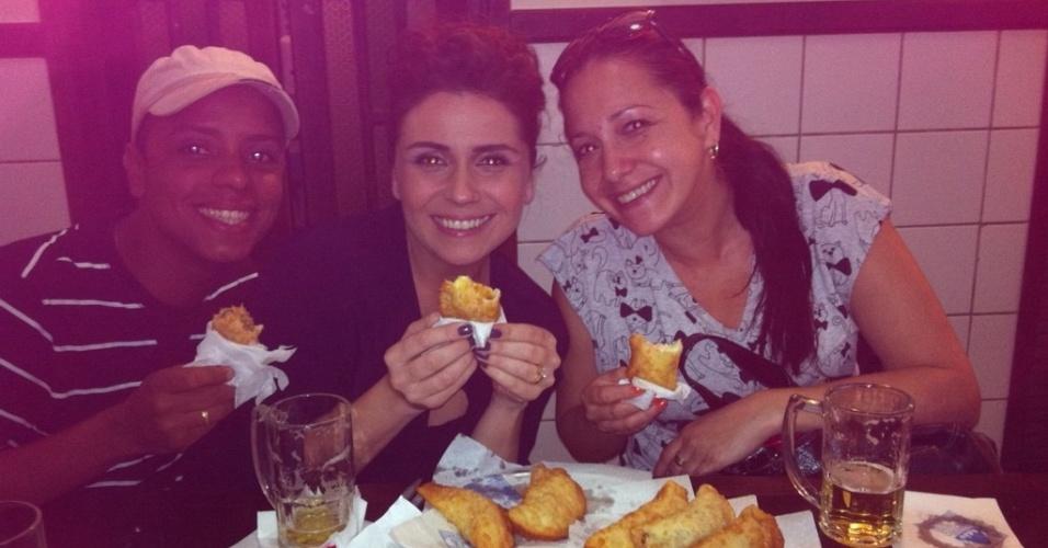 Giovanna Antonelli posta no Twitter foto em que aparece comendo pastel na pausa de gravação de
