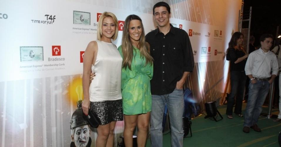 Solteira, Thais Fersoza vai com os amigos Fernanda Pontes e Diogo Boni assistir ao espetáculo do Cirque du Soleil (8/12/11)