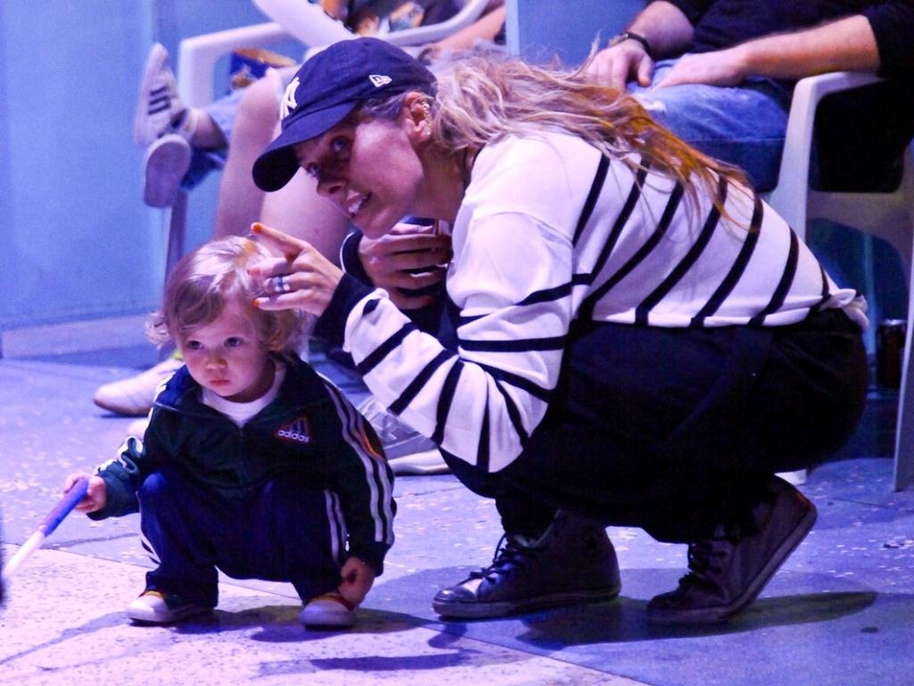 Adriane Galisteu leva o filho à circo em São Paulo