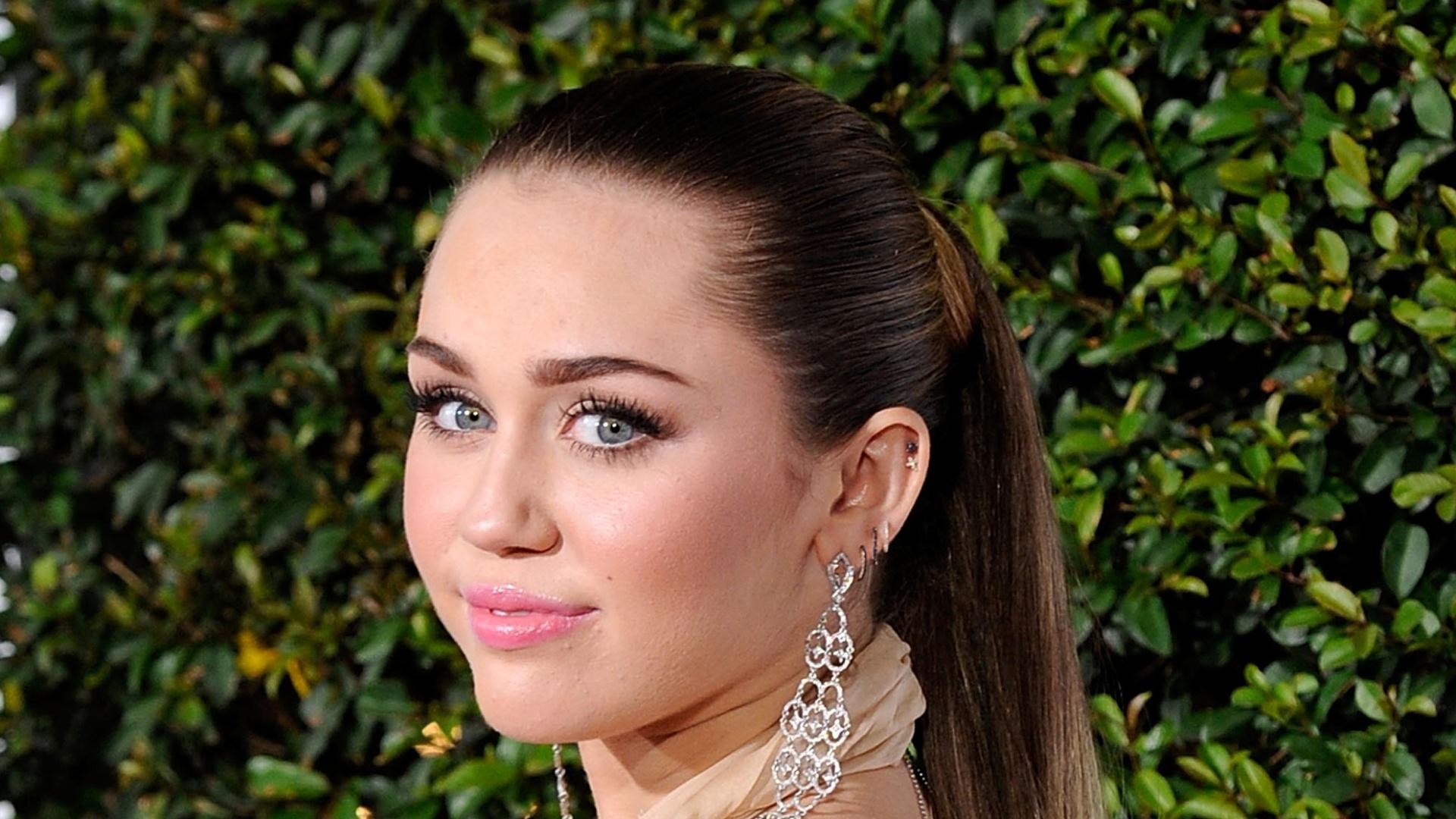 Miley Cyrus comparece à premiação em Los Angeles