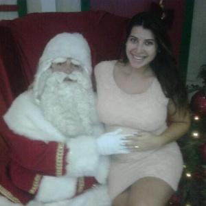 Ex-BBB Priscila Pires posa ao lado de Papai Noel (12/12/2011)