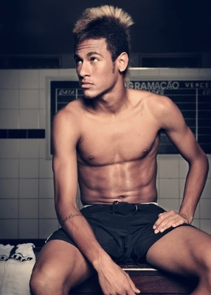 O jogador Neymar em ensaio sensual da revista &#34;Tpm&#34; (12/12/11)