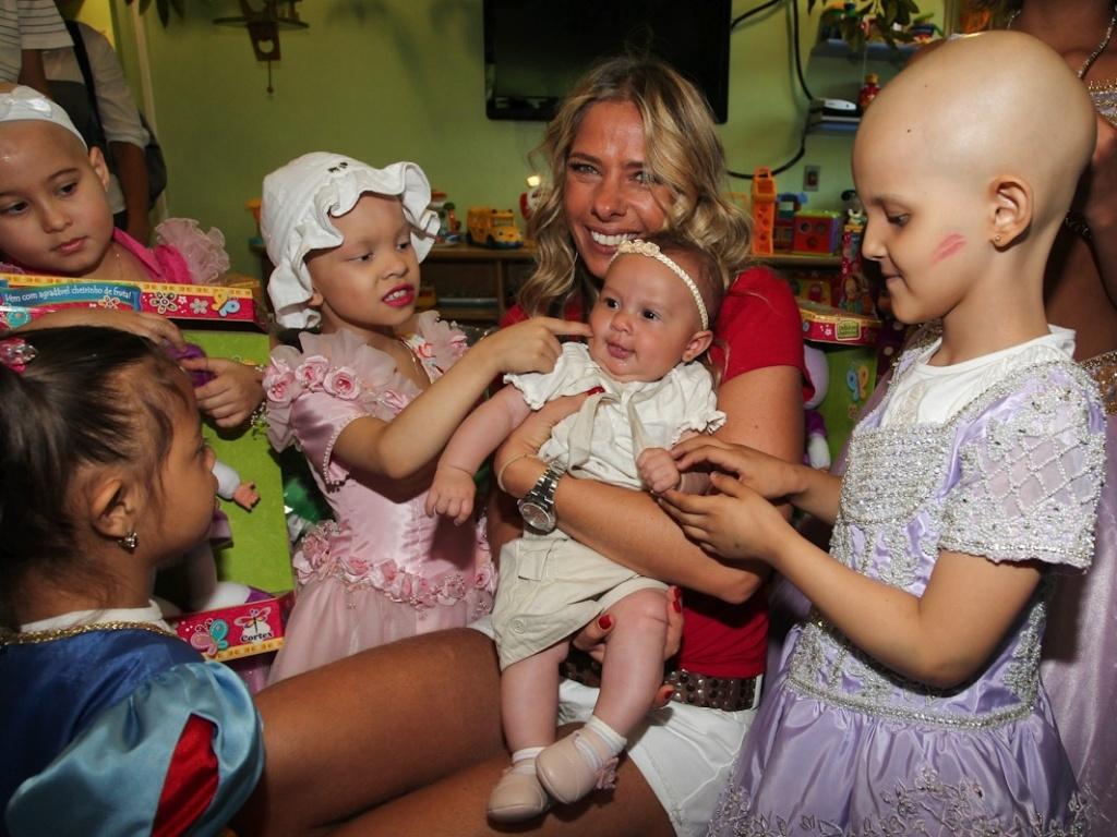 Adriane Galisteu entrega presentes e se diverte ao lado das crianças do Graacc em São Paulo (13/12/11)