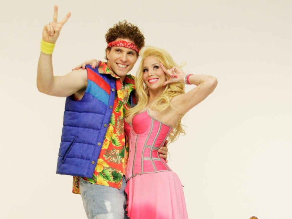 Thiago Fragoso e Dani Winits vestem figurino dos personagens Sonny Malone e Kira, do musical