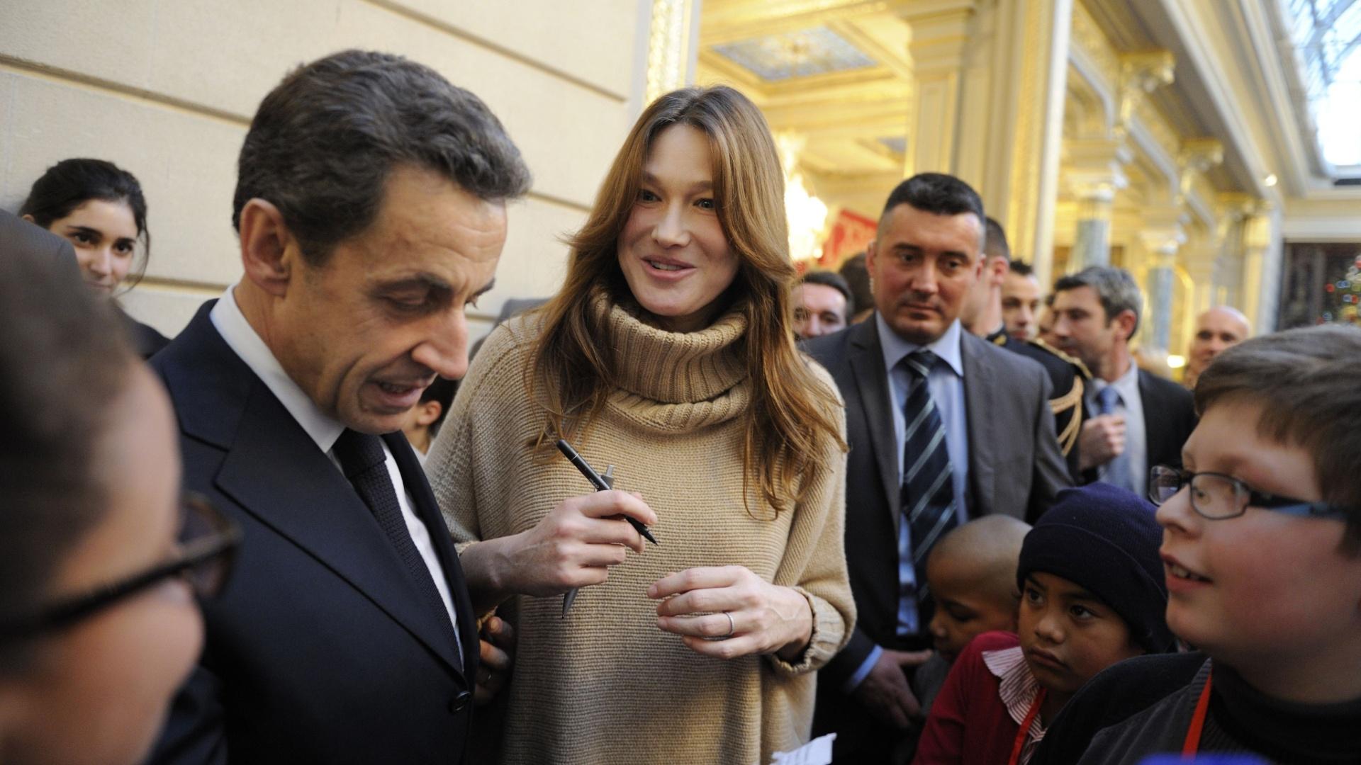 Nikolas Sarcozy e Carla Bruni falam com crianças durante festa de Natal na sede da presidência francesa (14/12/11)