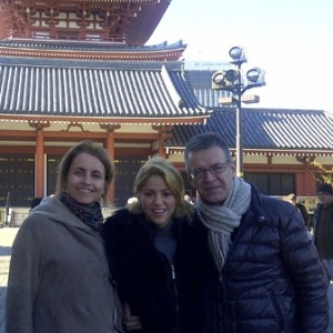 Shakira mostra pelo Twitter foto ao lado dos sogros em Tóquio, Japão (14/12/2011)