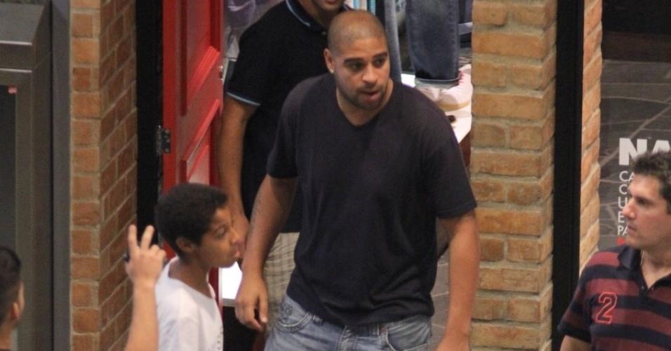 Adriano leva o irmão mais novo para fazer compras em shopping no Rio de Janeiro (15/12/11)