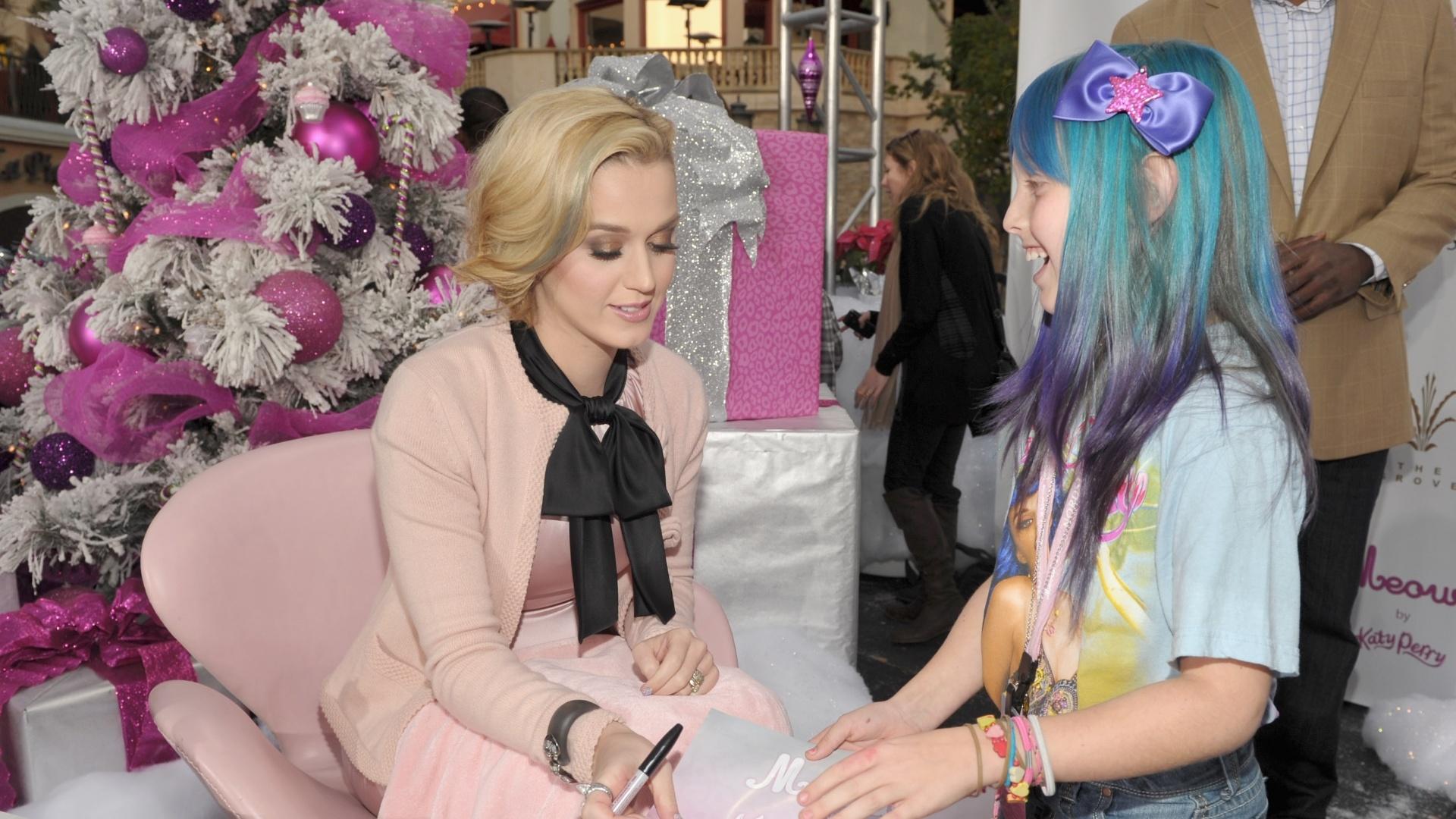 Katy Perry distribui autógrafos aos fãs mirins no lançamento de seu novo perfume em Los Angeles (14/12/11)