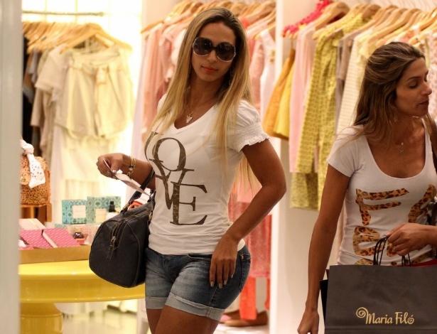 Valesca Popozuda passeia de shorts curto em shopping no Rio de Janeiro (15/12/11)