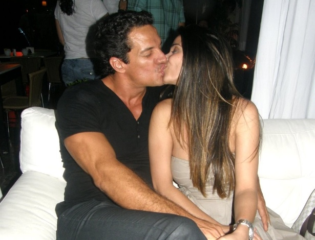 Carlos Machado curte momentos românticos ao lado da namorada e beija muito (15/12/11)