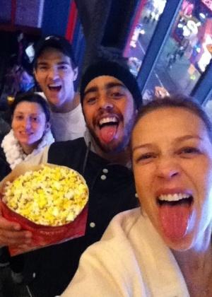 Luana Piovani e Pedro Scooby fazem caretas em cinema de Nova York (16/12/2011)