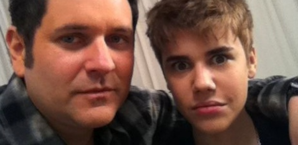 O músico Jay DeMarcus, da banda Rascal Flatts, publicou em seu twitter a foto do novo cabelo de Justin Bieber (21/2/11)