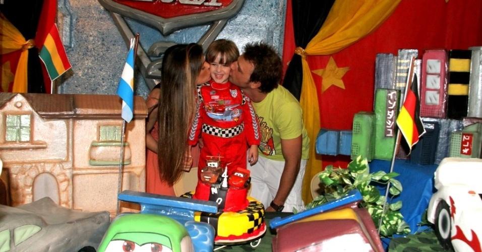 Cássio Reis, Paula Lucas e Noah na festa de quatro anos no menino (19/12/2011)