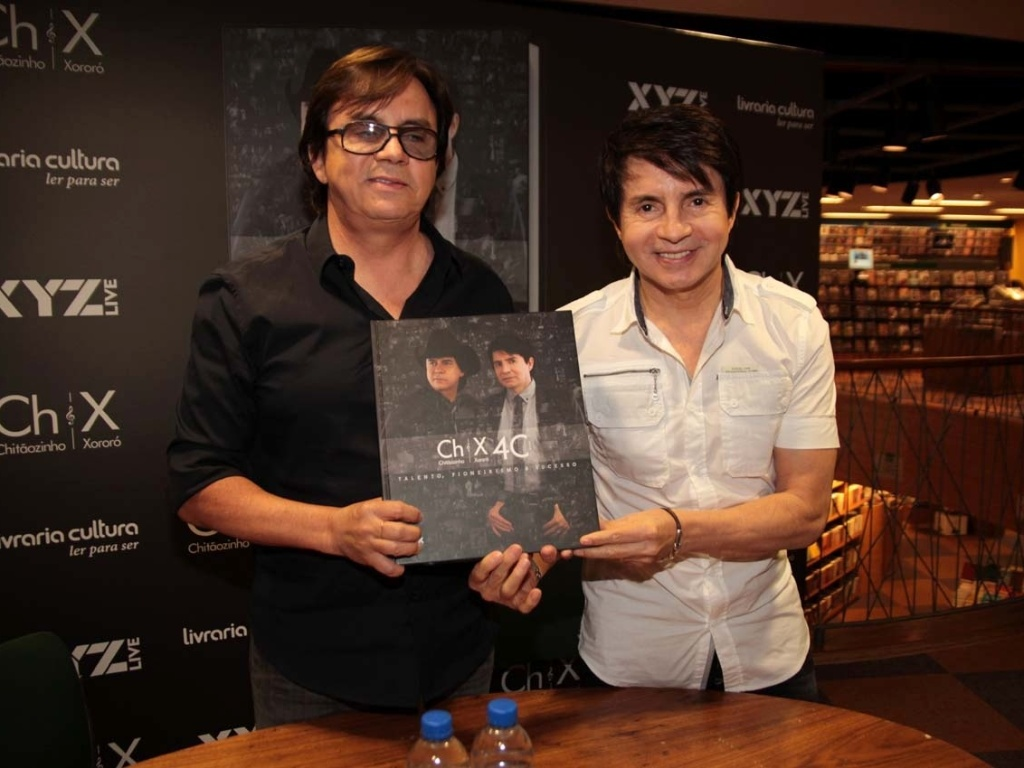 Chitãozinho e Xororó lançam livro em comemoração aos 40 anos de carreira (19/12/2011)