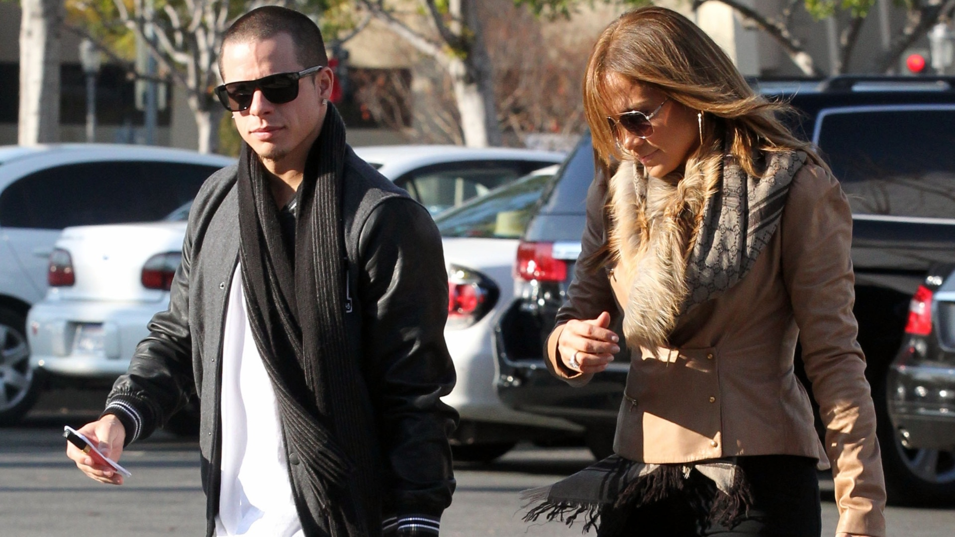 Jennifer Lopez e o namorado Caspar Smart visitam uma joalheria em Calabasas, Califrnia (18/12/11)