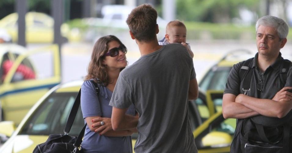 Priscila Fantin e o marido brincam com o filho de quatro meses no aeroporto (19/12/11)