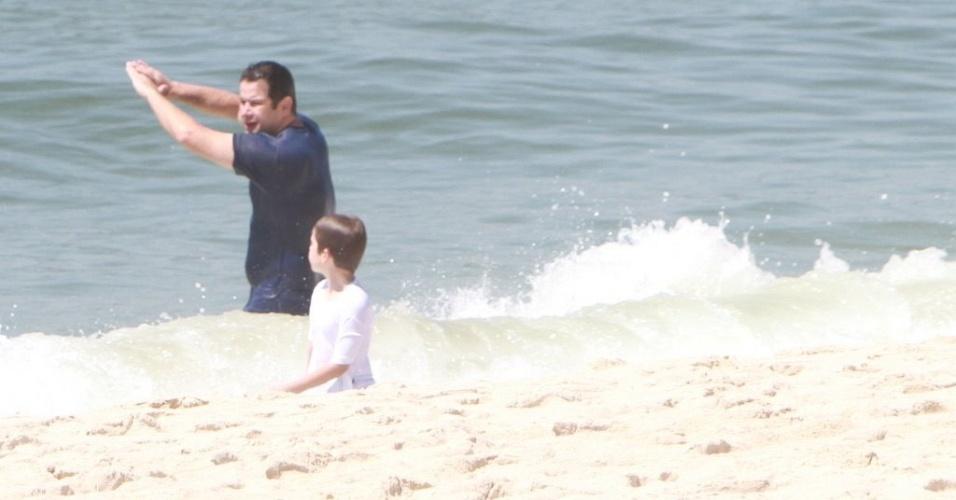 O ator Murilo Benício ensina o filho Pietro a surfar na praia da Barra, na zona oeste carioca (20/12/11)