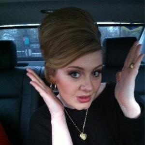 Depois de cirurgia na garganta, Adele volta ao trabalho (21/12/11)