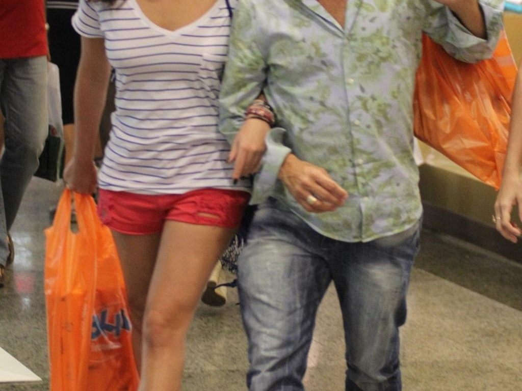 Fernanda Paes Leme e Eri Johnson fazem compras em shopping do Rio (11/12/11)