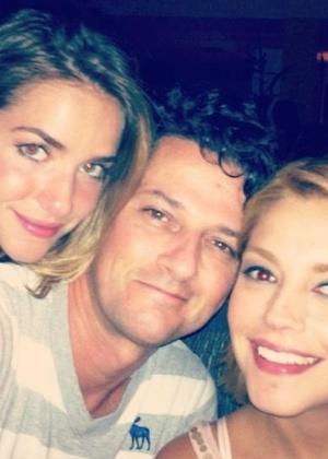 Thais Fersoza curte noite ao lado de Monique Alfradique e Marcelo Serrado (22/12/11)