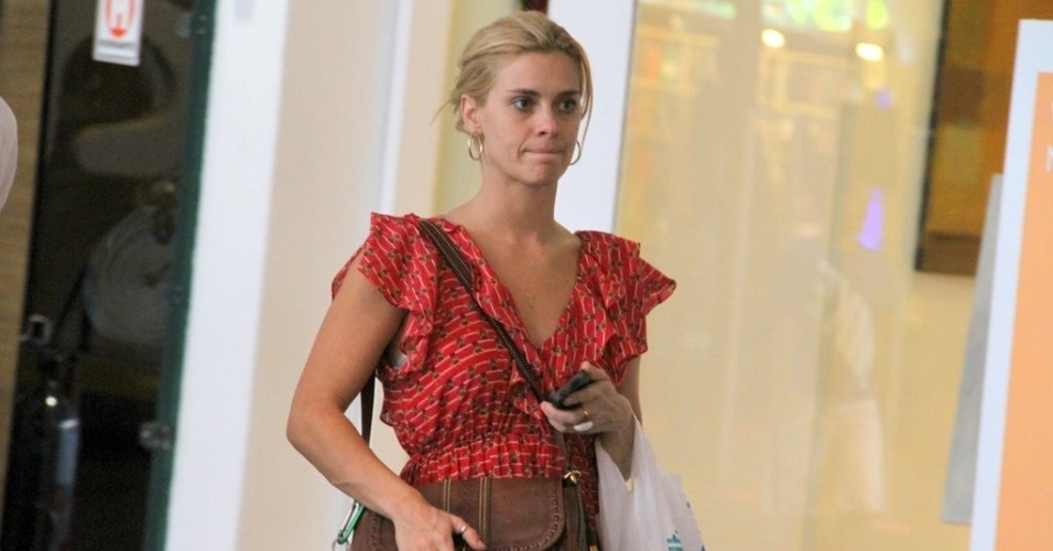 A um dia do Natal, a atriz Carolina Dieckmann vai às compras em shopping no Rio de Janeiro (24/12/11)