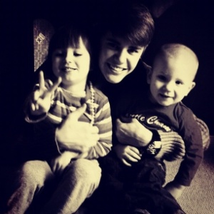 Justin Bieber posta foto ao lado dos irmos (25/12/11)