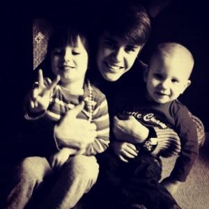 Justin Bieber posta foto ao lado dos irmãos (25/12/11)