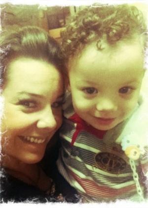 Fernanda Souza posta foto com o bebê que faz seu filho em