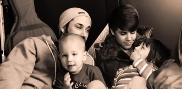 Justin Bieber, o pai Jeremy e os irmãos, Jaxon e Jazmyn (28/12/2011)
