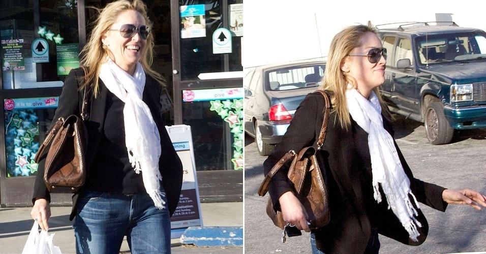 Sem maquiagem, a atriz Sharon Stone sai de petshop na Califórnia