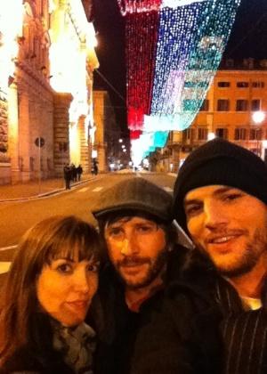 A roteirista Lorene Scafaria, o empresário Matt Mazzant e Ashton Kutcher na Itália