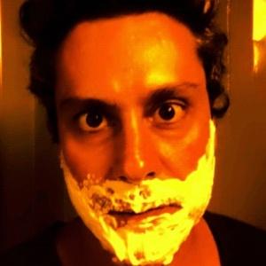 Alexandre Nero posa com espuma de barbear no rosto (30/12/2011)