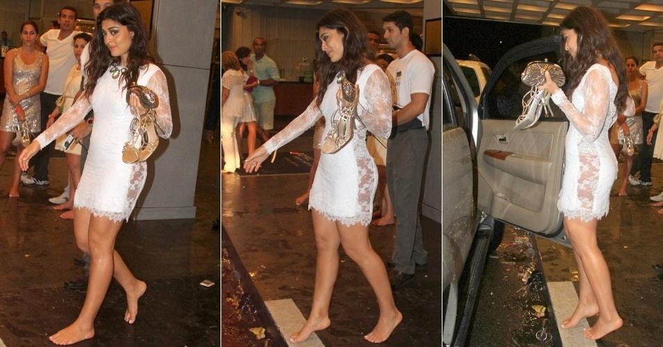 Juliana Paes sai descalça da festa de fim de ano no hotel Intercontinental no Rio de Janeiro (1º/1/2012)