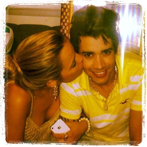 Gusttavo Lima e namorada, Karen Kounrouzan (02/01/2012)
