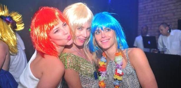 Paola Oliveira, Angélica e Carolina Dieckmann usam perucas no Réveillon na casa da apresentadora (31/12/11)