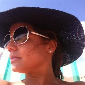 Nívea Stelmann curte praia em Fernando de Noronha (03/01/2012)