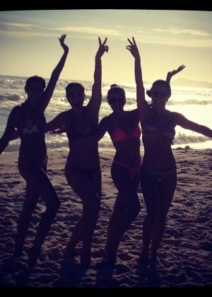 Pelo Twitter, Juliana Paes mostra foto com amigas na praia (03/01/2012)