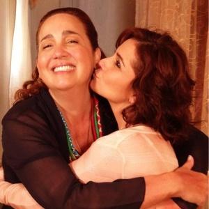 No Twitter, Giovanna Antonelli posta foto beijando Claudia Jimenez (4/1/2012)