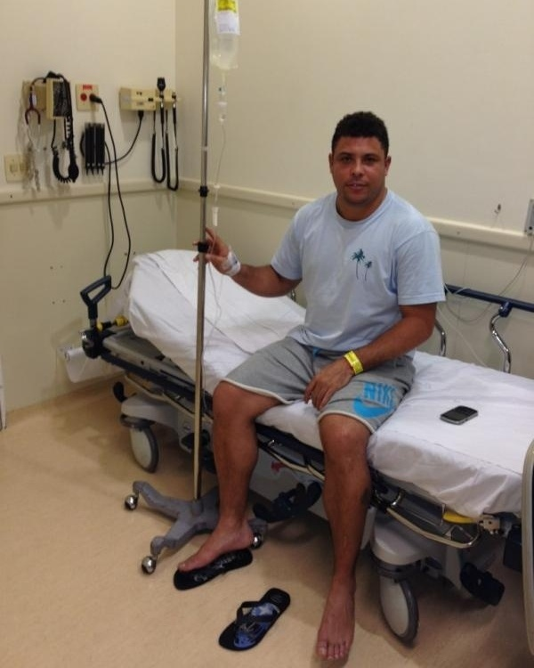 Ronaldo posta foto no Twitter em cama de hospital e conta que est com dengue (4/1/2012)