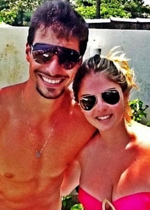 Bárbara Evans curte praia ao lado do namorado e atual Mister Brasil, Lucas Malvacini