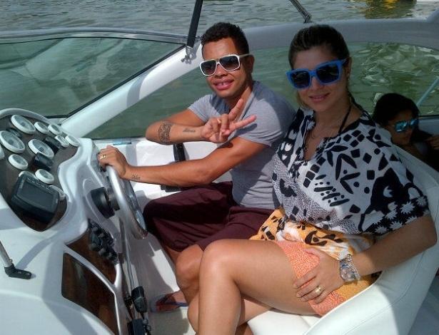 De férias no Brasil, Dentinho aproveita para passear de lancha ao lado da namorada Danielle Souza (4/01/12)