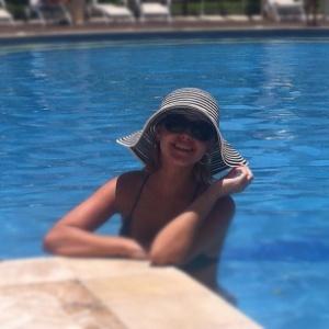 Pelo Twitter, Thaís Fersoza mostra foto em que aparece na piscina (05/01/2012)
